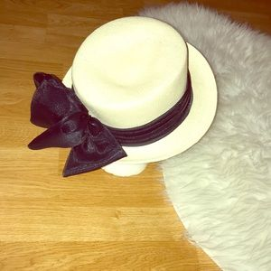 Vintage street smart hat in straw with black bow